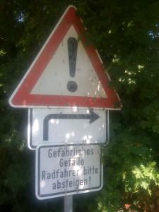 Kaum gehts mal etwas bergab, muss der ungeübte Radler schon gewarnt werden.